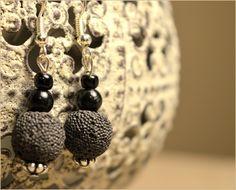 Boucles d'oreilles perles de lave à parfumer noires - Bijoux TessNess : Boucles d'oreille par tessness