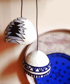 Suspension en papier mâché via Goodmoods Paper Mache Diy, Paper Mache Sculpture, Diy Luminaire, Diy Lampe, Coconut Shell Crafts, Paper Chandelier, Plug In Pendant Light, Modern Lamp Shades, Painted Shells