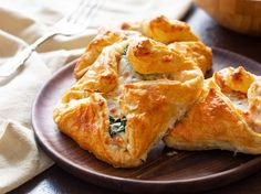 This delicious Ham and Cheese Puff Pastry must make your post-holiday menu. It is a great way to use up leftover ham and it tastes like a gourmet treat! Easter Dinner Recipes, Brunch Recipes, Appetizer Recipes, Breakfast Recipes, Cheese Recipes, Breakfast Biscuits, Brunch Ideas, Cheese Pastry, Cheese Puffs
