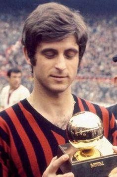 """Rivera mostra a San Siro il Pallone d'Oro che gli è stato assegnato il 22 dicembre 1969, con la motivazione :""""Il riconoscimento premia il talento calcistico allo stato puro. Rivera è un grande artista che onora il calcio""""."""