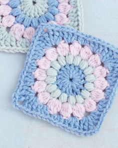 18 Easy Crochet Granny Square Patterns Sunburst Granny Square - Crochet granny squares are so simple and fun to make. With so many free granny square patterns, you'll be stitching up a storm. Granny Square Pattern Free, Granny Square Häkelanleitung, Crochet Square Blanket, Granny Square Crochet Pattern, Afghan Crochet Patterns, Crochet Afghans, Crochet Motif, Granny Square Projects, Crochet Squares Afghan
