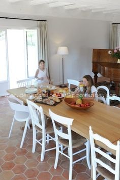 Salle à Manger Rénovée Dans Une Maison De Vacances Château De Lu0027Escarelle,  Domaine Viticole à La Celle (Var). Chaises Blanches Dépareillées Luminaires.