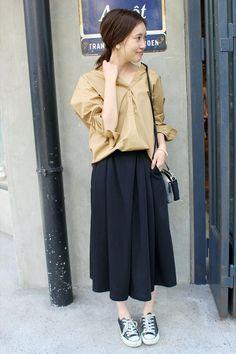 バックリボンスキッパーシャツ  オーバーサイズのシャツはスカーチョにインしてバランスを取って。 スニーカーで大人カジュアルなスタイリング。