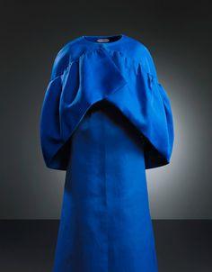 Cristobal Balenciaga, Robe de soirée en gazar de soie bleu indigo, 1965