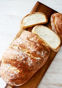 Bloomer refers to a British white bread that's perfect for paninis or even just PB&J. Get the recipe for this loaf at Honest Cooking. Homemade White Cakes, Homemade Vanilla Cake, Vanilla Cake Mixes, Homemade Breads, Naan Recipe Without Yeast, Peach Bread, Best Oven, Sculpted Cakes, Beer Bread