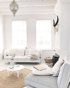 Decoreer een kale vloer met een mooi vloerkleed. Of het nu de hal, de woonkamer of de slaapkamer is: vloerkleden kunnen ruimtes transformeren. Ze voegen textuur toe in een kamer. In deze categorie vind je prachtige #vloerkleden en matten. Hier hebben wij een mooi rond #vloerkleed | Link in bio l * * * * Credits: @inspirationbylau * * * * #interiorstyling #interior4all #interiorstyled #interiordesign #designinterior #livingroomdecor #scandinavianhomes #scandinaviandesign #interior4you1…