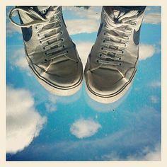 Los pies sobre la tierra. A veces.