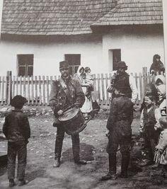 Kisbíró kidobolja a híreket Körmöcbányán 1900 körül.