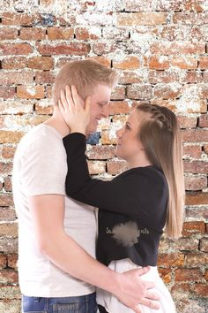 fotograf graz familie mayerhofer romantisch hintergrund sweet moments paarshooting couple engagement wall portrait studio photography