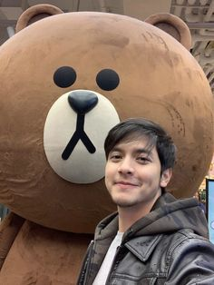 Alden Richards in NYC. May 12, 2019. Credits to his deleted tweet.😃 Alden Richards, Tv Awards, Love Photos, Pinoy, Taehyung, Maine, Daddy, Handsome, Celebrity