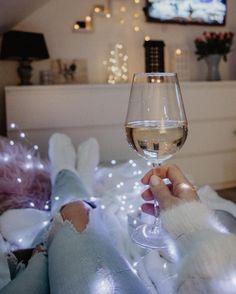 """Polubienia: 1,466, komentarze: 58 – Mam Na To Oko ▪️Gosia (@mamnatooko) na Instagramie: """"Hello weekend 👋🏼 Jeśli macie ten luksus i korzystacie z wolnego wieczoru mogę polecić kilka seriali…"""" White Wine, Alcoholic Drinks, Rose, Glass, Instagram, Pink, Drinkware, Corning Glass, White Wines"""