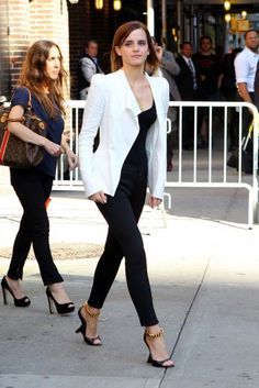 Emma Watson/i love this outfit, dying over the shoes. Her style is perfect. Simple Work Outfits, Summer Work Outfits, Mode Chic, Mode Style, Emma Watson Style, Emma Watson Outfits, Emma Watson Fashion, Emma Watson Casual, Looks Pinterest