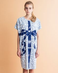 Big ribbon print on blurry rain print cotton jersey dress.100% cottonMade in JapanOne SizeLength: 96cmWidth: 59cmNeck point to sleeve: 36cm