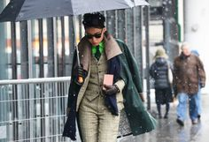"""A gente já considera corriqueiro e normal se apropriar de peças do guarda-roupa masculino. Mas considerando as fotos de street style das semanas de moda que se iniciaram este mês, a gente vai usar não só algumas peças como também o """"look"""" inteiro, com direito, inclusive, a gravatas."""