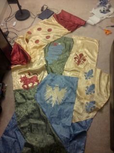 Banners DIY tutorial -- More well done Heraldic Display would really improve the atmosphere at events! Medieval Banner, Medieval Party, Diy Banner, Historical Artifacts, Silk Painting, Larp, Middle Ages, Embroidery Stitches, Renaissance