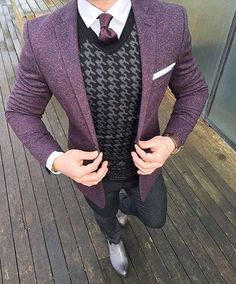 Business casual sounds like an oxymoron, right? Don't get caught up with the casual part, and show up wearing distressed jeans and sandals; view men's business casual as an opportunity to expand your style and use of color. Gentleman Mode, Modern Gentleman, Gentleman Style, Modern Man, Looks Cool, Men Looks, Mens Fashion Suits, Mens Suits, Blazer Fashion