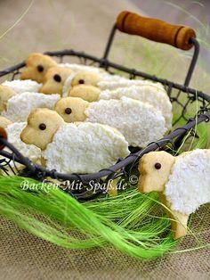 Kokos-Osterplätzchen  Zutaten:      125g Margarine     75g Zucker     1 Ei     250g Mehl     ½ TL Backpulver     abgeriebene Schale von ½ Orange     1 Prise Salz  Quarkmasse:      200g Quark     50g Kokosraspel     4 TL Vanillezucker  Außerdem:      ca. 2 Stück Schokolade
