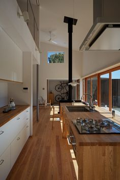 The interior of a Zen house comes in a neutral color scheme. Very straight lines throughout the house. Promotes a calm and relaxing environment. Country Kitchen Designs, Modern Kitchen Design, Kitchen Interior, Interior Design Living Room, Japanese Modern House, Japanese Kitchen, Zen Interiors, Zen House, Japanese Interior Design