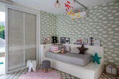 MANUELA, de 5 anos, ganhou da mãe, a arquiteta TRIANA SERRANO, um quarto lindo, com mistura de estampas e muitos objetos bacanas, garimpados pelo mundo.