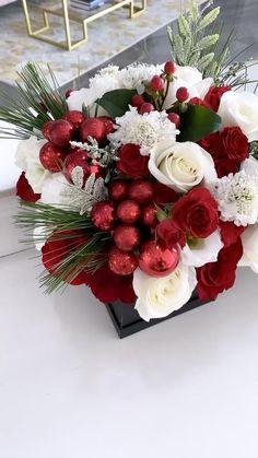 Valentine's Day Flower Arrangements, Christmas Arrangements, Christmas Centerpieces, Flower Centerpieces, Rose Flower Wallpaper, Beautiful Rose Flowers, Valentines Flowers, Deco Table, Belle Photo