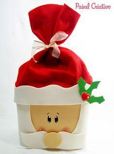 como fazer papai noel pote sorvete lembrancinha decoracao natal (1) Felt Christmas Decorations, Diy Christmas Gifts, Christmas Projects, Holiday Decor, Office Christmas, Family Christmas, Christmas Time, Diy And Crafts, Christmas Crafts