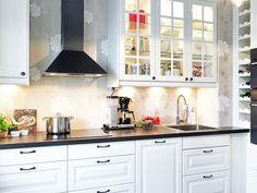 Белоснежный фон кухни согревает мягкая подсветка рабочей поверхности и навесного шкафчика