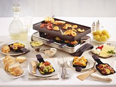 Kleine Pfännchen, lecker gefüllt: Wir verraten, welche Raclette-Zutaten du in welcher Menge einkaufen musst und geben praktische Tipps.