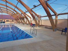 Restauración de la cúpula de madera de la piscina de un polideportivo en la provincia de Alicante. El tratamiento de la madera en exteriores es un trabajo muy minucioso y profesional. #madera #restauracion #alicante #empresa #pyme
