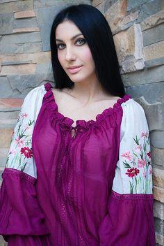 Купить или заказать Нарядная вышитая блуза «Лиловая космея» в интернет-магазине на Ярмарке Мастеров. Маркизетовая вышитая блуза необыкновенной красоты. Оригинальный женственный крой рукава. Ручная вышивка гладью цветов космеи в нежной цветовой гамме от розового до лилово-фиолетового. Блуза из итальянского маркизета, украшена итальянским кружевом, которое придает ей особый шарм и изысканность. На рукавах и спереди блуза оформлена нежными складочками и защипами.