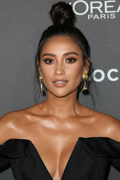 Could This Be the Secret to Shay Mitchell and Adriana Lima's Perfectly Glowy Skin? Could This Be the Secret to Shay Mitchell and Adriana Lima's Perfectly Glowy Skin? Natural Makeup For Brown Eyes, Brown Skin Makeup, Smokey Eye For Brown Eyes, Make Up Looks, Shay Mitchell Makeup, Shay Mitchell Style, Sparkle Makeup, Glitter Eye Makeup, Brunette Makeup