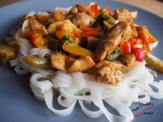 Makaron ryżowy z curry i indykiem – Pani Doktor gotuje Kung Pao Chicken, Pasta Salad, Shrimp, Spaghetti, Meat, Ethnic Recipes, Food, Crab Pasta Salad, Essen