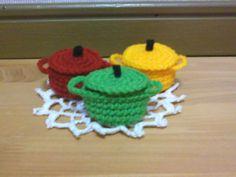 「ルクルーゼ」カラフルお鍋ルクルーゼのイメージで編みました。中細毛糸で径5センチ程。太い毛糸で大きく編めばお茶目な小物入れに。[材料]毛糸