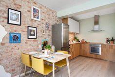 Apartamento de um quarto com parede de tijolinho descascada
