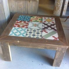 Mesa vintage de madera envejecida con baldosas hidráulicas