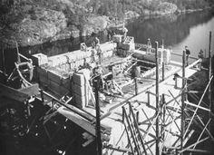 Svinesundsbron, bro som för Europaväg 6 över Svinesund på gränsen mellan Norge och Sverige i n. Bohuslän. Den består av ett huvudspann i form av en armerad betongbåge med spännvidden 155 m och segelfria höjden 63 m, samt av tillfarter i form av granitbeklädda höga betongvalv, sex på den svenska sidan och två på den norska, vartdera med spännvidden ca 25 m. Brons totala längd är 420 m. S. byggdes 1939-42
