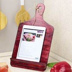 Any chefs out there? This DIY recipe holder is for you! Any chefs out there? This DIY recipe holder is for you! Diy Arts And Crafts, Crafts To Make, Diy Crafts, Cool Diy Projects, Projects To Try, Recipe Holder, Ikea Hack Kitchen, Tablet Holder, Ideas Geniales