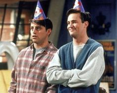 """Some Genius Figured Out How Much Money Joey Owed Chandler On """"Friends"""" - Just like Carrie Bradshaw& lifestyle in Sex and the City, the fantasy life the Friends crew led is by no means a surprise. We suspended belief . Chandler Friends, Friends Tv Show, Tv: Friends, Serie Friends, Friends Scenes, Friends Cast, Friends Episodes, Friends Moments, Friends Actors"""