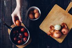 Naturalne barwniki do jajek: farbowanie pisanek bez chemii [infografika]   Mamotoja.pl Dairy, Cheese, Food, Essen, Meals, Yemek, Eten