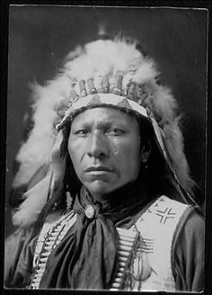 unknown Sioux man, probably 1899 Native American Regalia, Native American Pictures, Native American Beauty, Indian Pictures, Native American History, Indian Pics, Le Far West, Native Indian, First Nations