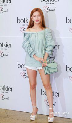 @ Handbags Brand Botkier's Launch Event in Seoul Pretty Asian, Beautiful Asian Girls, Extended Play, Kpop Girl Groups, Kpop Girls, Kpop Fashion, Korean Fashion, Soyeon, Event Dresses