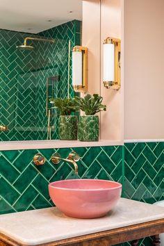Bathroom Decor sink Emerald green metro tiles, pink ceramic sinks, marble topped antique barley twist leg table, brass bathroom lighting and fixtures. Casa Retro, Mid Century Bathroom, Bright Apartment, Apartment Design, London Apartment Interior, Green Apartment, Apartment Living, Apartment Ideas, Apartment Therapy