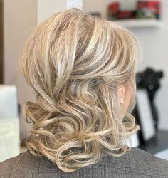 30 Gorgeous Mother of the Bride Hairstyles for 2020 These mother of the bride hairstyles will set your mind at ease about how to style your hair for the wedding day – there are plenty of fresh ideas worth your attention. Mother Of The Groom Hairstyles, Mother Of The Bride Hairdos, Mom Hairstyles, Wedding Hair Mother Of Bride, Beautiful Hairstyles, Mother Of Groom, Mother Of The Bride Fashion, Hairstyle Ideas, Short Thin Hair