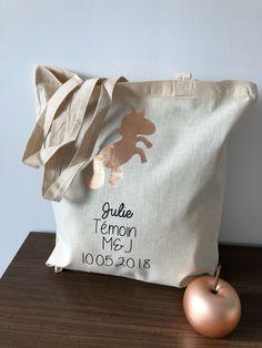 Tote bag en coton, 38*42cm personnalisable Le modèle présenté est personnalisé avec une licorne or rose et un texte noir Les sac VaLauRa peuvent être personnalisés avec un large choix de couleurs, textes,motifs, n'hésitez pas à nous contacter pour réaliser ensemble votre projet. L