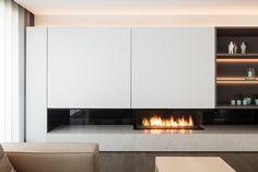 Sofie Christiaens Interieurcreatie . Haardwand Foto Tim Van De Velde Fireplace Feature Wall, Fireplace Tv Wall, Modern Fireplace, Fireplace Design, Ethanol Fireplace, Minimalist Interior, Modern Interior Design, Tv Wand Modern, Home Living Room