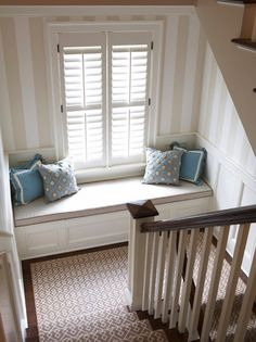 Loving this #geometric stair #runner #design and striped #wallpaper