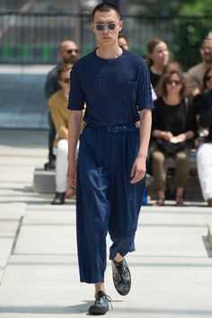 Issey Miyake Spring 2017 Menswear Fashion Show. Ankle crop belted, straight leg. Boxy tee.