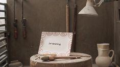 Ob Geflammt, Hirsch oder Streublume - alle unsere Krüge werden seit Jahrhunderten in liebevoller Handarbeit produziert und das spürt man auch in jedem einzelnen Stück 💚 produced by LM.Media #gmundnerkeramik #handgefertigt #handmade #madeinaustria #derwegdeskruges #eintauchen #weltdergmundnerkeramik #produktionsschritte #stepbystep #derwienerkrug #final Place Cards, Place Card Holders, Handmade, Handarbeit, Flowers