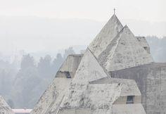 Ensaio fotográfico retrata a Igreja da Peregrinação de Gottfried Böhm em Neviges,Courtesy LOBBY Magazine. Image © Laurian Ghinitoiu