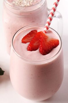 Strawberry Piña Colada Smoothie // Indulge in the flavors of summer anytime of the year with this easy, 5-minute strawberry pina colada smoothie! via @margaretdarazs #healthy
