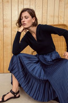 Vince Spring 2019 Ready-to-Wear Fashion Show Collection: See the complete Vince Spring 2019 Ready-to-Wear collection. Look 13 Petite Fashion, Blue Fashion, Curvy Fashion, Spring Fashion, Autumn Fashion, Style Fashion, Navy Pleated Skirt, Fall Fashion Trends, Fashion Bloggers